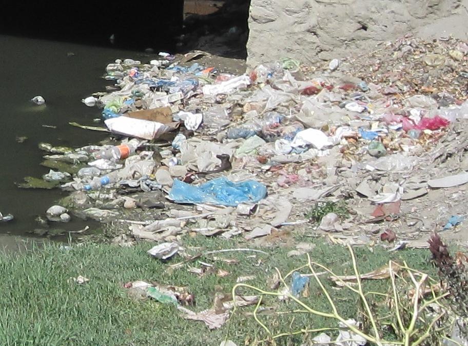 Skräp i Kabul river, sept 2009