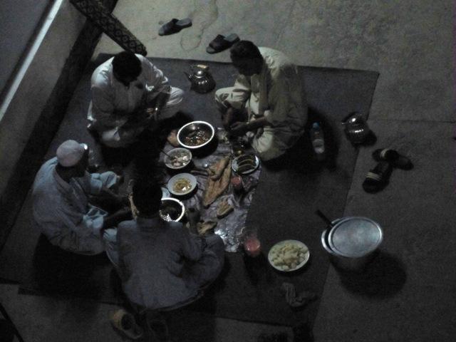 Iftar-fastan bryts vid mörkrets inbrott